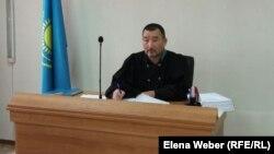 Судья Талгат Курманов, рассматривающий дело о предполагаемом мошенничестве в отношении бывшего заместителя акима Нуринского района. Карагандинская область, 23 сентября 2015 года.