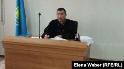 Судья Талгат Курманов, рассматривающий дело в отношении обвиняемого в мошенничестве заместителя акима Нуринского района. Карагандинская область, 23 сентября 2015 года.