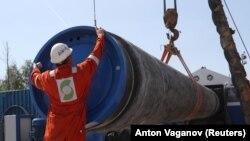 """Работник участва в строителството на """"Северен поток"""" през юни 2019 г."""