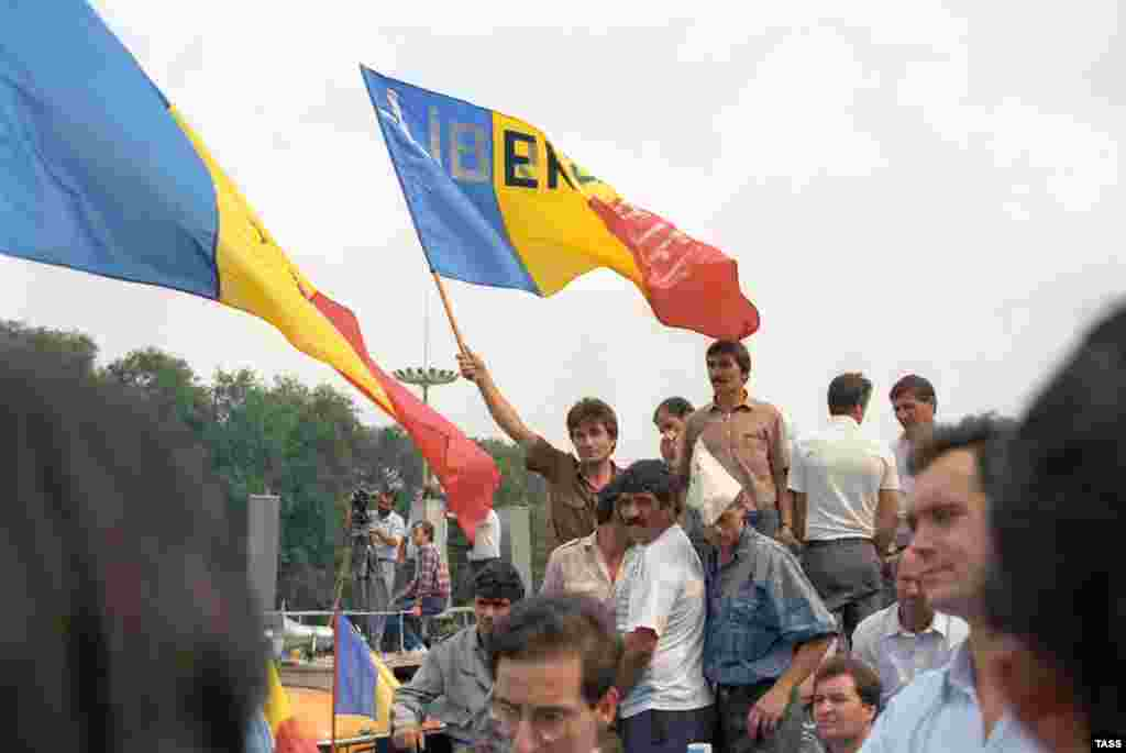 Protesters in Chisinau rally in support the decision of the presidium of the parliament of Moldova on the declaration of independence on August 27, 1991.