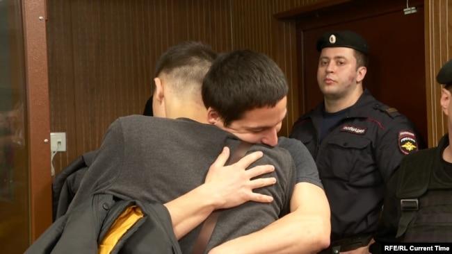 Айдар Губайдулин обнимает брата после освобождения под подписку о невыезде в зале суда