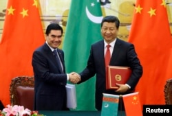 Çin - Türkmənistan prezidenti Gurbanguly Berdymukhamedov (solda)Çin lideri Xi Jinping ilə qaz sazişi imzalayır, Pekin, may, 2014