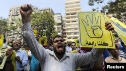 Сторонники свергнутого президента Мохаммеда Мурси вышли на акцию протеста в Каире. 14 августа 2013 года.