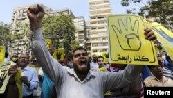 Мұхаммед Мурсиді билікке қайтаруды талап етіп наразылық шеруіне шыққандар. Каир, Египет, 30 тамыз 2013 жыл.