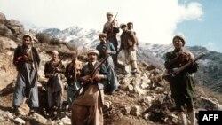 Группа афганских мужчин, вооруженных примитивных оружием, воюющих против советских войск. Восток Афганистана, 1980 год.