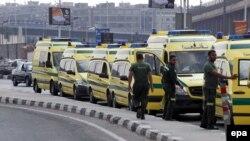 Машины скорой помощи в аэропорту Каира. 31 октября 2015 года.