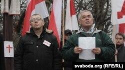 Актывісты КХП-БНФ Алесь Чахольскі (зьлева) і Валер Буйвал. Архіўнае фота