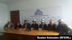 Участники пресс-конференции в Джалал-Абадской области. 2 октября. 2017 года.