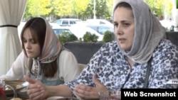 """Заира Сугаипова и ее мама в эфире ЧГТРК """"Грозный"""", архивное фото"""
