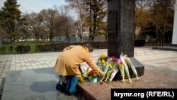 Taras Şevçenko eykeline çeçeklerni qoyuv, Aqmescit, 2018 senesi mart 9 künü