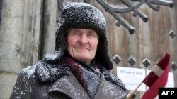 Un veteran la comemorarea de la Riga