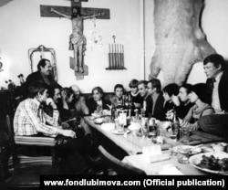 Микеланджело Антониони и Тонино Гуэрра в мастерской художника Бориса Мессерера в Москве. Фото Валерия Плотникова 26 ноября 1976 года