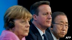 Германия канцлері Ангела Меркель, Ұлыбритания премьер-министрі Дэвид Кэмерон және БҰҰ бас хатшысы Пан Ги Мун донор елдер конференциясында. Лондон, 4 ақпан 2016 жыл.