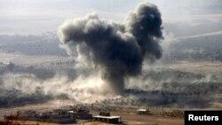 """Дым над позициями """"Исламского государства"""" в окресностях Мосула"""