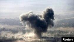 """Дым над позициями """"Исламского государства"""" в окресностях Мосула."""