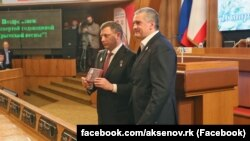 Сергій Аксенов (п) і вбитий ватажок «ДНР» Олександр Захарченко (л). Архівне фото