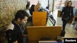 Посетители интернет-кафе в Тегеране.