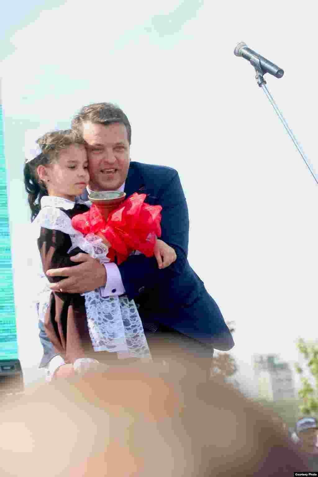 Казан мэры чыгарылыш сыйныф укучылары өчен кечкенә кыз белән соңгы кыңгырауны чыңлатты