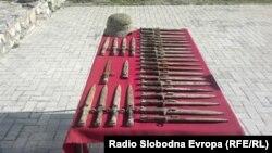 30-тина војнички бајонети-ножеви и еден шлем пронајдени неодамна во крајбрежните води кај Охрид