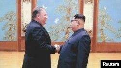Майк Помпео Ким Чен Ын менен алгачкы сапарында жолуккан учур.