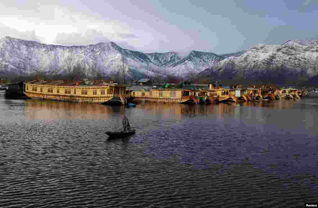 A Kashmiri man rows his boat in the waters of Dal Lake on a cold winter evening in Srinagar. (Reuters/Danish Ismail)
