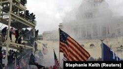 АҚШ Президенти Дональд Трамп тарафдорларининг Конгресс биноси олдидаги зўравонликларга айланиб кетган намойиши - Вашингтон, 6 январь, 2021