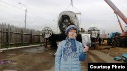 "Авелина Анциферова на фоне транспортировки ""Дугласа"""