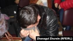 Сотталған Нұрсұлтан Теңізбаевтың туысы Кенжеғали Теңізбаев сот үкімін естіген сәт. Ақтөбе, 19 ақпан 2013 жыл.