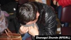 Родственник приговореного Нурсултана Тенизбаева плачет в зале суда. Актобе, 19 февраля 2013 года.