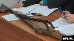 Ружье, ставшее предметом спора между жителем Атырау Толегеном Сагындыком, утверждающим, что оно принадлежит его предку, и администрацией историко-краеведческого музея, защищающей его как экспонат, принадлежавший композитору Курмангазы.