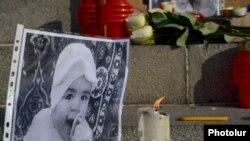 Фотография шестимесячного Сережи Аветисяна во время церемонии зажжения свечей в Ереване, 20 января 2015 г