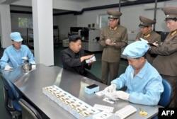 Ким Чен Ын дает указания на заводе по производству мобильных телефонов
