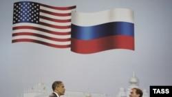 АҚШ пен Ресей президенттері Барак Обама (сол жақта) мен Дмитрий Медведев екі елдің іскерлер тобымен кездесуден кейін қол алысып тұр. Мәскеу, 7 шілде, 2009 жыл.