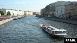 На идущий в Стрельну катер с журналистами активисты НБП бросали с моста антипутинские листовки