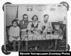 Зэня і Рэнэ з бацькамі і сябар сям'і шахтар Арловіч за сьвяточным сталом. Чацьвёртая шклянка віна не для Рэнэ, а для таго, хто здымаў. Францыя. 1936 год
