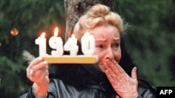 A Polish woman mourns during a ceremony in Katyn in 1989.