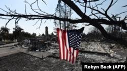 კალიფორნიის შტატის ქალაქ სანტა-როსას მახლობლად, ხანძრით განადგურებული პარკი