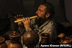 Мастер откликнулся на просьбу сыграть на сделанном им инструменте