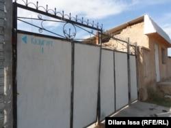 Марат Мәуленов отбасымен тұрған үйдің қақпасы. Оңтүстік Қазақстан облысы Қазығұрт ауданы, 21 қазан 2015 жыл.