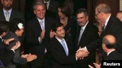 Paul Ryan, noul președinte al Camerei Reprezentanților, felicitat de colegii săi în octombrie 2015