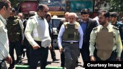 Прокурор Ирана Аббас Джафари Долатабади на месте нападения.