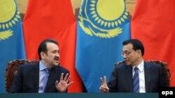 Премьер-министр Казахстана Карим Масимов и премьер-министр Китая Ли Кэцян на церемонии подписания договоров. Пекин, 27 марта 2015 года.