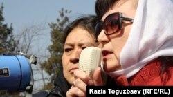 Саясаткер Маржан Аспандиярова митингіде сөйлеп тұр. Алматы, 24 наурыз 2012 жыл.