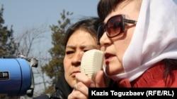 Маржан Аспандиярова, активист Общенациональной социал-демократической партии, выступает на митинге протеста. Алматы, 24 марта 2012 года.