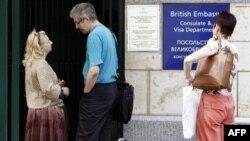 Британия старается избежать сворачивания культурного и научного обмена между двумя странами. Россияне у британского консульства в Москве