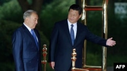 Қытай басшысы Си Цзиньпин (оң жақта) және Қазақстан президенті Нұрсұлтан Назарбаев. Шанхай, 19 мамыр 2014 жыл.