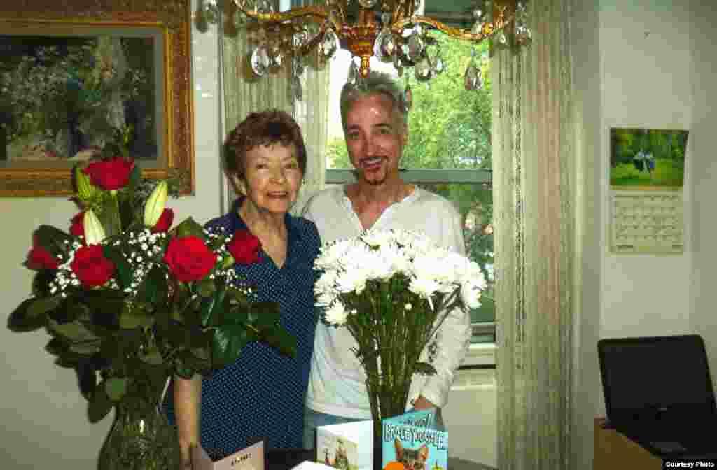 Данчык (Багдан Андрусышын) і ягоная маці Юлія на яе 85-годзьдзе, 19 чэрвеня 2017 году. Нью-Ёрк.