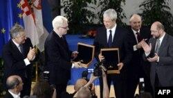 Medalja za toleranciju uručena je Ivi Josipoviću i Borisu Tadiću 16. 10. u Briselu