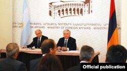 Гектор Маркос Тимерман (слева) и его армянский коллега Эдвард Налбандян, Ереван, 4 сентября 2012