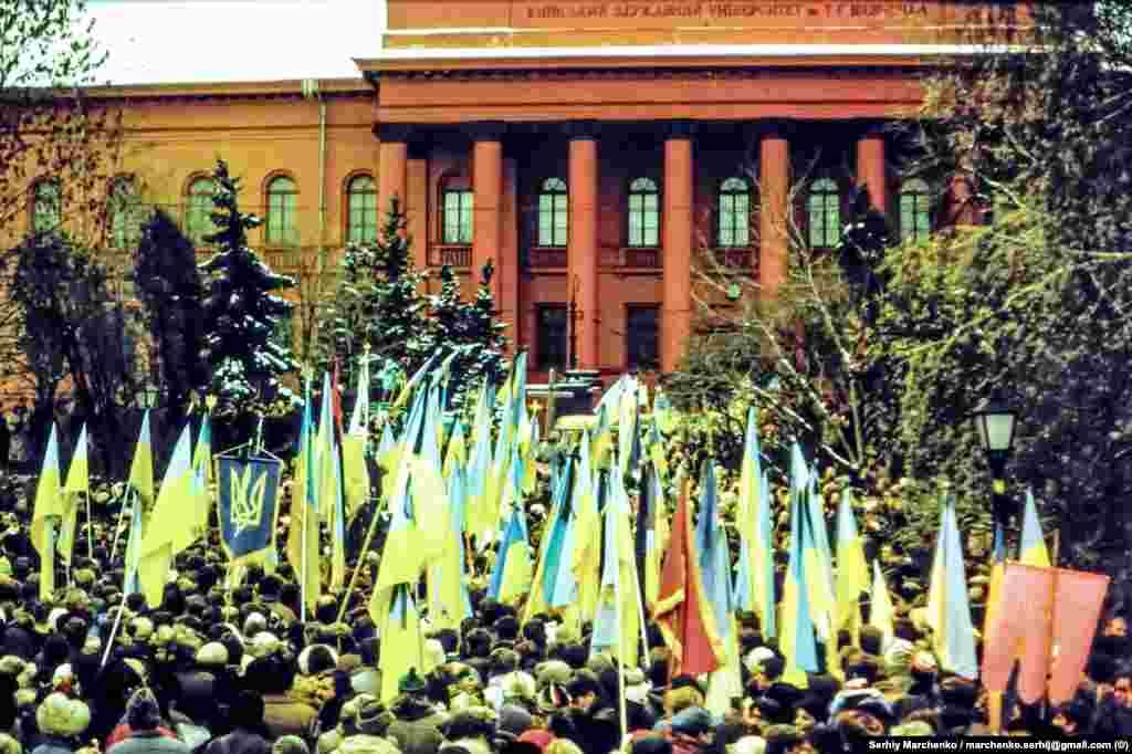 Використання на перепохованні великої кількостіукраїнських синьо-жовтих стягів стало важливим поступом у відновленні українського прапора на українських теренах, забороненого за радянського режиму. До того дня силовики у столиці України намагалися перешкоджати публічному використанню національної символіки